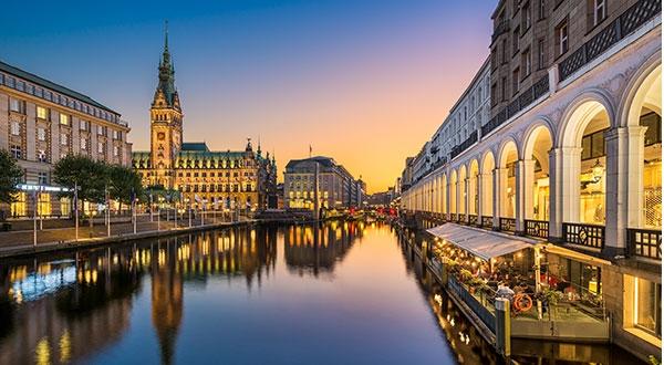 Stadtbild von Hamburg. Alster mit Rathaus